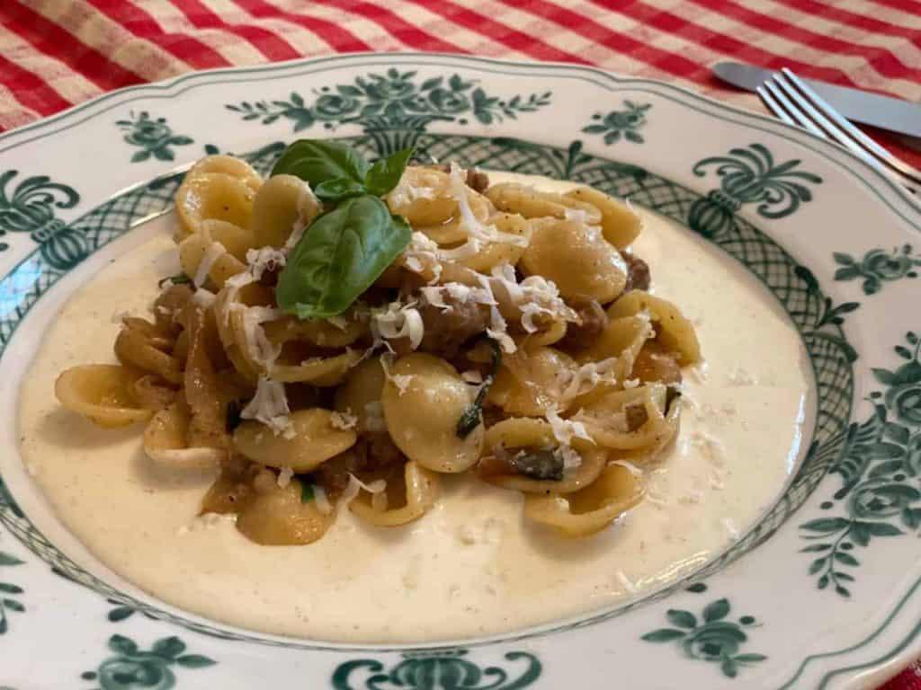 Antoniano: Orecchiette salsiccia e basilico con fonduta di ricotta forte e parmigiano