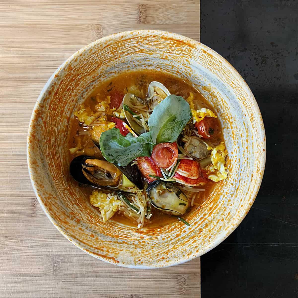 Filini-in-zuppa-di-mare-al-sapore-di-spezie-e-succo-piccante-di-pomodori